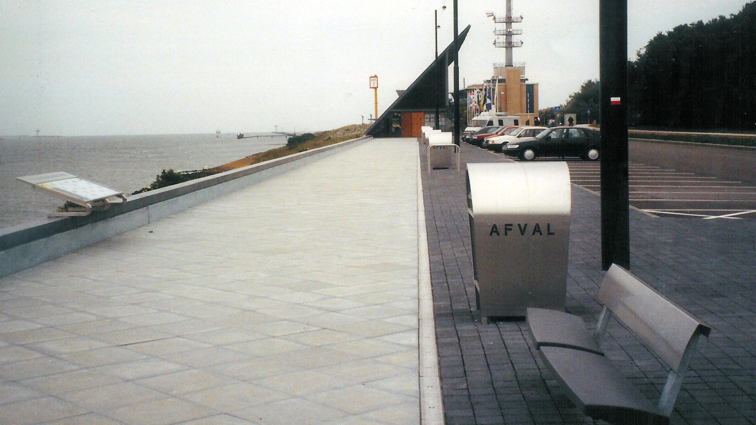 straatmeubilair emmaboulevard hoek van Holland afvalbak infobord